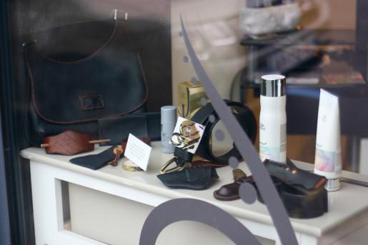 Atelier cuir TiipiiK en vitrine du salon de coifure A-Tif-Pik